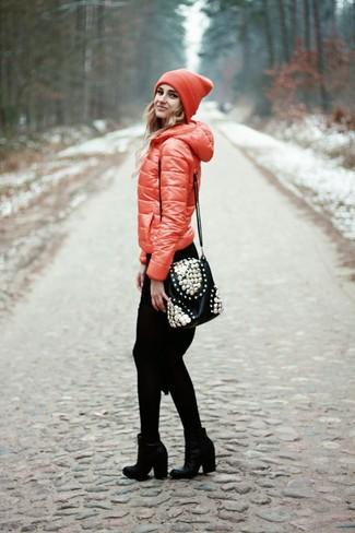 Elige un plumífero rojo y un vestido jersey de punto negro para crear una apariencia elegante y glamurosa. ¿Te sientes valiente? Complementa tu atuendo con botines de cuero negros.