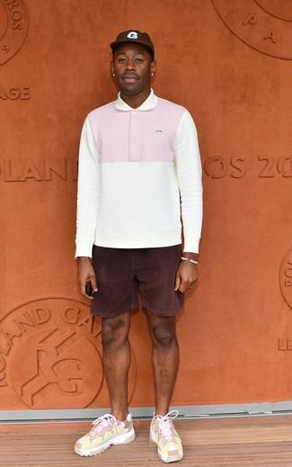 Cómo combinar: polo de manga larga blanco, pantalones cortos de pana morado oscuro, deportivas rosadas, gorra de béisbol en marrón oscuro