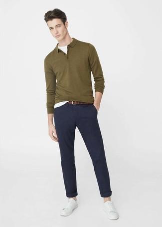 Cómo combinar: polo de manga larga verde oliva, camiseta con cuello circular blanca, pantalón chino azul marino, tenis de cuero blancos