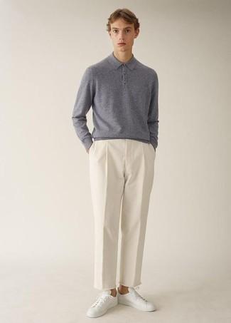 Cómo combinar un polo de manga larga en gris oscuro: Elige un polo de manga larga en gris oscuro y un pantalón chino blanco para crear un estilo informal elegante. Si no quieres vestir totalmente formal, elige un par de tenis de cuero blancos.
