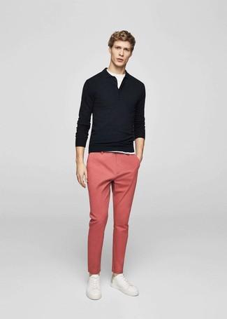 Cómo combinar: polo de manga larga negro, camiseta con cuello circular blanca, pantalón chino rosado, tenis de cuero blancos