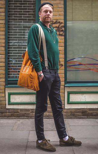Cómo combinar unos tenis de ante verde oliva: Intenta ponerse un polo de manga larga verde oscuro y un pantalón chino en gris oscuro para lograr un look de vestir pero no muy formal. ¿Quieres elegir un zapato informal? Opta por un par de tenis de ante verde oliva para el día.