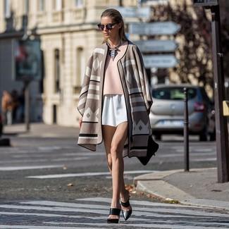 Cómo combinar: poncho estampado en beige, blusa de manga corta rosada, pantalones cortos blancos, chinelas de cuero negras
