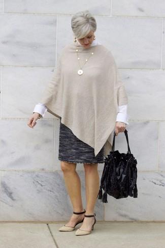 Cómo combinar: poncho en beige, camisa de vestir blanca, falda lápiz de lana en gris oscuro, zapatos de tacón de ante en negro y marrón claro