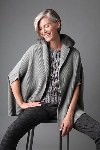 Cómo combinar: poncho gris, jersey de manga corta gris, pantalones pitillo estampados en gris oscuro