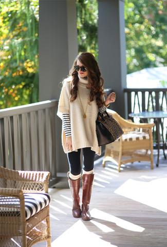 Cómo combinar: poncho en beige, jersey con cuello circular de rayas horizontales en blanco y azul marino, leggings negros, botas de caña alta de cuero marrónes