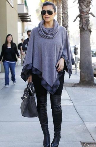 Look de Kim Kardashian: Poncho Gris, Leggings Negros, Botas sobre la Rodilla de Cuero Negras, Bolsa Tote de Cuero en Gris Oscuro