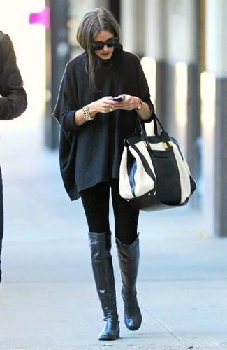 Cómo combinar: poncho en gris oscuro, leggings negros, botas sobre la rodilla de cuero negras, bolsa tote de cuero en blanco y negro