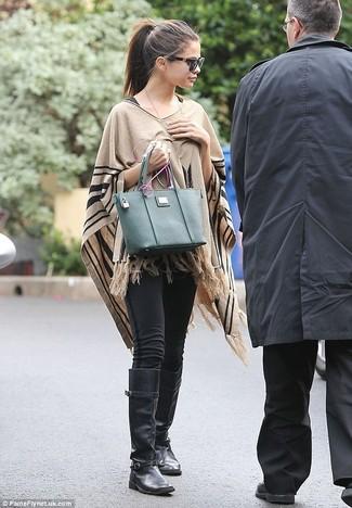 Look de Selena Gomez: Poncho Marrón Claro, Leggings Negros, Botas de Caña Alta de Cuero Negras, Bolsa Tote de Cuero Verde Oscuro