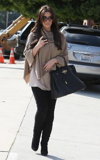 Look de Kim Kardashian: Poncho Marrón Claro, Vaqueros Pitillo Negros, Botas a Media Pierna de Ante Negras, Bolsa Tote de Cuero Negra