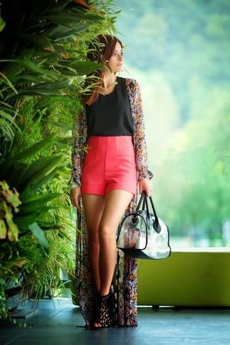 Cómo combinar: quimono con print de flores negro, blusa sin mangas negra, pantalones cortos rosa, sandalias de tacón de ante negras