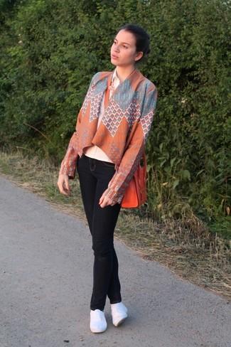 Cómo combinar: quimono con estampado geométrico naranja, camisa de vestir en beige, vaqueros pitillo negros, alpargatas blancas