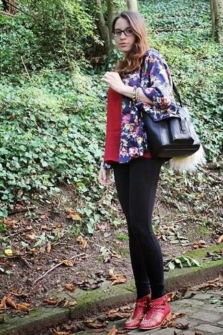 Cómo combinar: quimono con print de flores azul marino, camiseta con cuello en v roja, leggings negros, botines de cuero con adornos rojos