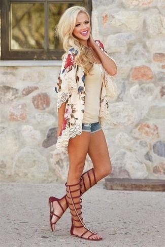 Cómo combinar: quimono con print de flores en beige, camiseta sin manga en beige, pantalones cortos vaqueros azules, sandalias romanas altas de cuero burdeos