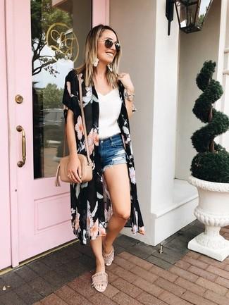 Cómo combinar: quimono con print de flores negro, camiseta sin manga de encaje blanca, pantalones cortos vaqueros desgastados azules, sandalias planas de ante en beige
