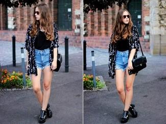 Cómo combinar: quimono con print de flores en negro y blanco, camiseta sin manga negra, pantalones cortos vaqueros celestes, botines de cuero negros