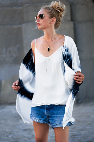 Cómo combinar: quimono efecto teñido anudado en blanco y azul marino, camiseta sin manga de seda blanca, pantalones cortos vaqueros azules, gafas de sol en negro y dorado