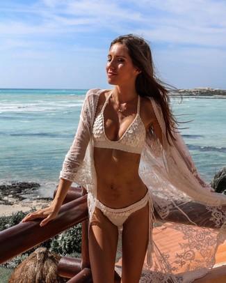 Cómo combinar: quimono de encaje blanco, top de bikini de crochet blanco, braguitas de bikini de crochet blancas