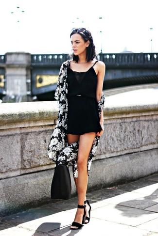 Cómo combinar: quimono con print de flores en negro y blanco, mono corto negro, sandalias de tacón de ante negras, bolsa tote de cuero negra
