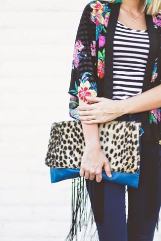Cómo combinar: quimono con print de flores negro, camiseta con cuello circular de rayas horizontales en negro y blanco, vaqueros pitillo azul marino, cartera sobre de ante de leopardo marrón claro
