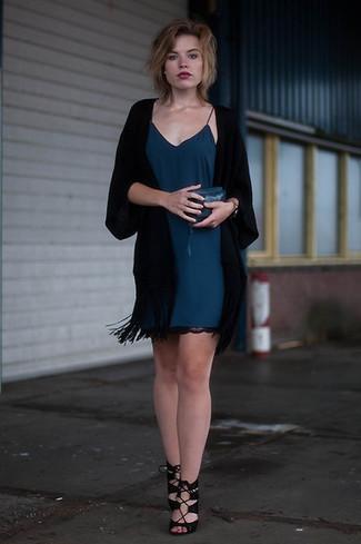 Outfits mujeres: Elige un quimono negro y un vestido camisola en verde azulado para una vestimenta cómoda que queda muy bien junta. Sandalias de tacón de ante negras son una opción grandiosa para completar este atuendo.