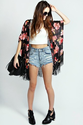 Cómo combinar: quimono con print de flores negro, top corto blanco, pantalones cortos vaqueros celestes, botines de cuero con recorte negros
