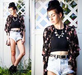 Cómo combinar: quimono con print de flores negro, top corto negro, pantalones cortos vaqueros celestes, botines de cuero negros