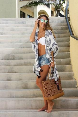Cómo combinar un top de bikini: Opta por la comodidad en un quimono estampado blanco y un top de bikini.