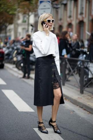 Cómo combinar: sudadera blanca, falda midi negra, bailarinas de cuero negras, gafas de sol en negro y blanco