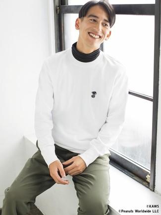Cómo combinar: sudadera blanca, jersey de cuello alto de rayas horizontales negro, pantalón chino verde oliva