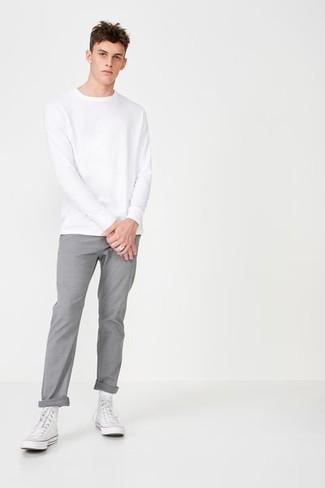 Cómo combinar: sudadera blanca, pantalón chino gris, zapatillas altas de lona blancas