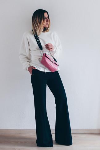 Cómo combinar una sudadera blanca: Equípate una sudadera blanca junto a un pantalón de campana negro para conseguir una apariencia glamurosa y elegante.