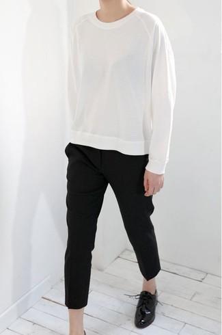 Cómo combinar: sudadera blanca, pantalón de pinzas negro, zapatos oxford de cuero negros