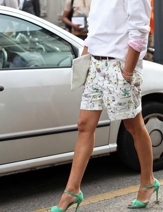 Cómo combinar: sudadera blanca, pantalones cortos estampados blancos, sandalias de tacón de cuero verdes, cartera sobre de cuero blanca