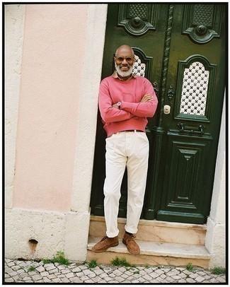 Moda para hombres de 50 años: Usa una camisa de manga corta marrón claro para una vestimenta cómoda que queda muy bien junta.