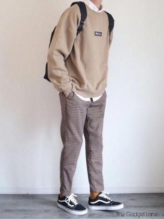 Cómo combinar una camisa de manga larga blanca: Casa una camisa de manga larga blanca junto a un pantalón chino a cuadros marrón para cualquier sorpresa que haya en el día. Tenis de lona en negro y blanco son una opción perfecta para completar este atuendo.