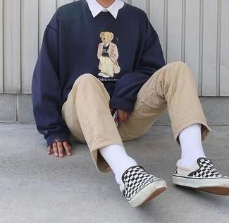 Cómo combinar una camisa de manga larga blanca: Utiliza una camisa de manga larga blanca y un pantalón chino marrón claro para un look diario sin parecer demasiado arreglada. Zapatillas slip-on de lona a cuadros en negro y blanco son una opción estupenda para complementar tu atuendo.