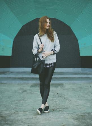 Cómo combinar: sudadera gris, camisa de vestir de tartán en negro y blanco, leggings de cuero negros, zapatillas slip-on de cuero negras