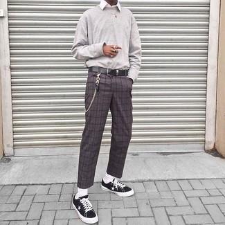 Cómo combinar: sudadera gris, camisa de vestir blanca, pantalón de vestir de lana a cuadros en gris oscuro, tenis de lona negros