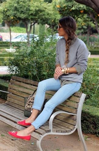Cómo combinar: sudadera gris, camisa de vestir gris, vaqueros pitillo celestes, mocasín de ante con adornos rojos