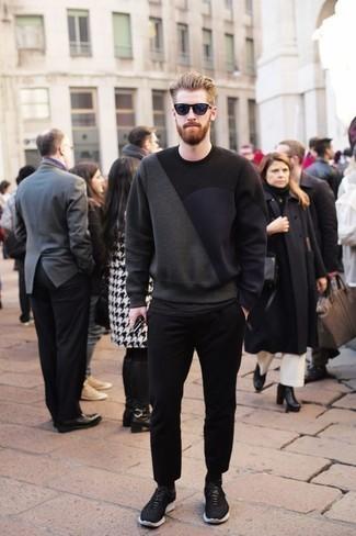 Outfits hombres: Empareja una sudadera estampada en gris oscuro junto a un pantalón chino negro para una vestimenta cómoda que queda muy bien junta. Deportivas en negro y blanco añaden un toque de personalidad al look.