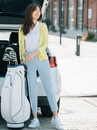 Cómo combinar: sudadera con capucha amarilla, camisa polo blanca, pantalón de pinzas celeste, tenis de cuero blancos