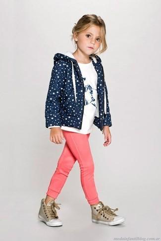 Cómo combinar: sudadera con capucha azul marino, camiseta blanca, pantalón de chándal rosa, zapatillas doradas