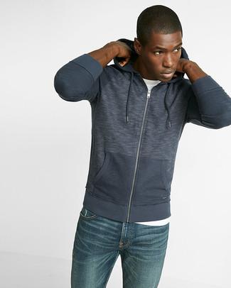 Cómo combinar: sudadera con capucha azul marino, camiseta con cuello circular blanca, vaqueros azules