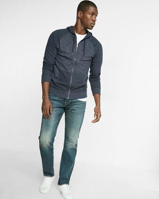 Cómo combinar: sudadera con capucha azul marino, camiseta con cuello circular blanca, vaqueros azules, tenis de cuero blancos