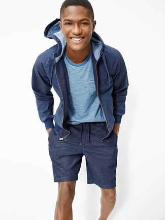 Cómo combinar: sudadera con capucha azul marino, camiseta con cuello circular celeste, pantalones cortos azul marino