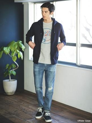 Cómo combinar: sudadera con capucha azul marino, camiseta con cuello circular estampada gris, vaqueros desgastados azules, tenis azul marino
