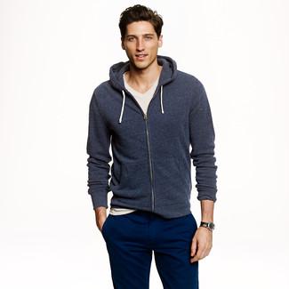 Cómo combinar: sudadera con capucha azul marino, camiseta con cuello en v en beige, pantalón chino azul marino