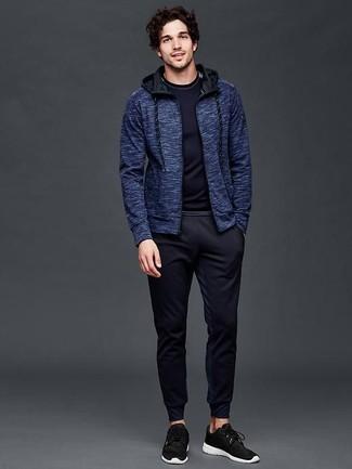 Cómo combinar: sudadera con capucha azul marino, camiseta de manga larga azul marino, pantalón de chándal azul marino, deportivas negras