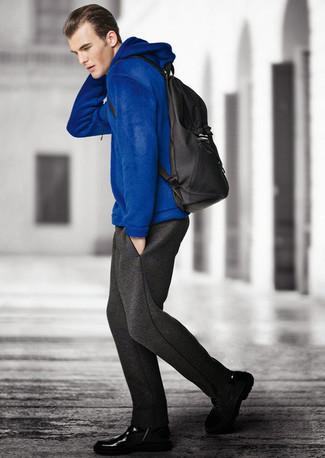 Mantén tu atuendo relajado con una sudadera con capucha azul y un pantalón de chándal gris oscuro. Botas casual de cuero negras proporcionarán una estética clásica al conjunto.